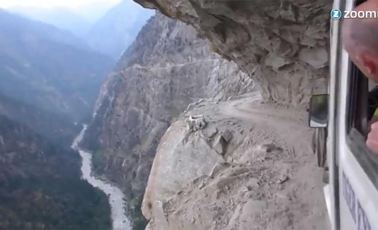 Video: Nervenkitzel im Himalaya - Mit dem Bus über enge Straßen